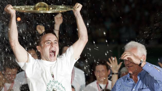 26.5.2005: Hofmann bejubelt seinen ersten Titel mit Rapid. Liga-Boss Stronach gratuliert. (Bild: Benedikt Loebell)
