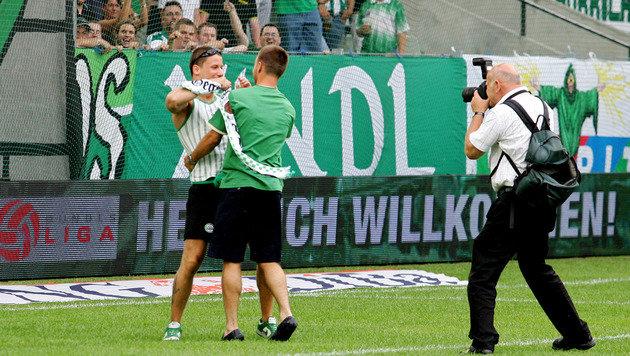 23.7.2006: Hofmann ist zurück, wird vom Ultras-Capo geherzt. Im ersten Spiel verletzt er sich. (Bild: GEPA)