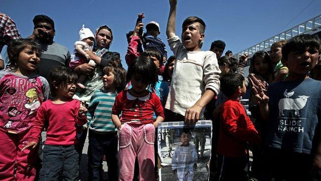 Flüchtling will Baby gegen Polizisten werfen (Bild: EPA)