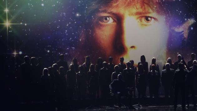 Als Hommage an den verstorbenen David Bowie sang ein Chor. (Bild: AP)