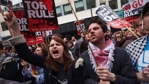 Am Samstag protestierten in London Hunderte Menschen gegen den britischen Premier David Cameron. (Bild: AFP)