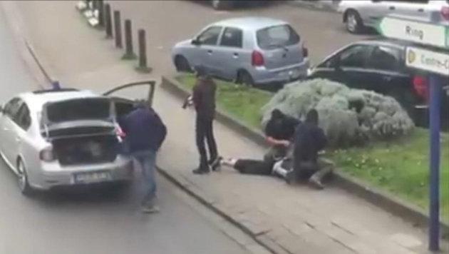 Bild von einer der Verhaftungen im Brüsseler Stadtteil Anderlecht (Bild: ASSOCIATED PRESS)