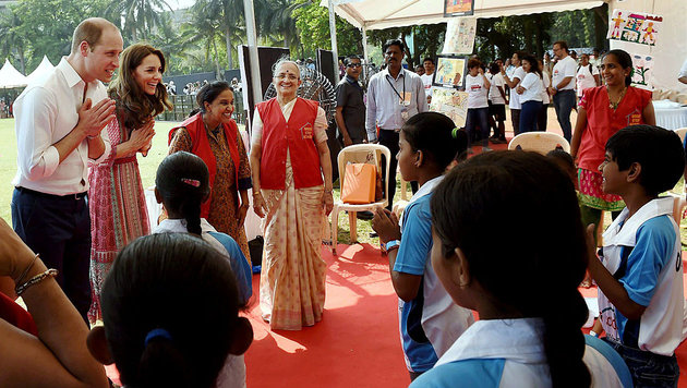 Kate/William: Cricket und Straßenkinder in Indien (Bild: AP)