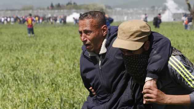 Grenzsturm-Aufruf sorgt für neues Chaos in Idomeni (Bild: ASSOCIATED PRESS)