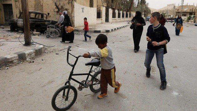 Die Rückkehrer inspizierten ihre Häuser und fanden noch einige Habseligkeiten, die intakt sind. (Bild: APA/AFP/LOUAI BESHARA)