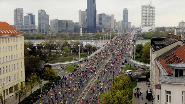 Robert Chemosin gewinnt 33. Wien-Marathon (Bild: APA/HERBERT PFARRHOFER)