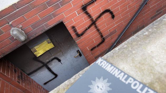 Der Syrer gab auch zu, Hakenkreuze an die Eingangst�r und an die Mauer geschmiert zu haben. (Bild: APA/dpa/Frank Rumpenhorst)