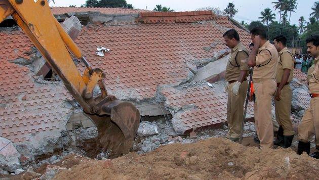 Ein an den Tempel angrenzendes Gebäude ist eingestürzt. Die Armee sucht nach Verschütteten. (Bild: APA/AFP/STR)
