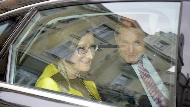 Mikl-Leitner und Sobotka fuhren gemeinsam zur Sitzung des ÖVP-Bundesparteivorstandes. (Bild: APA/HERBERT PFARRHOFER)
