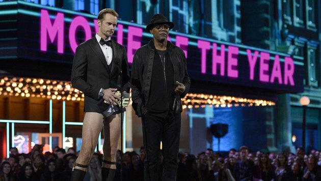 """Mit Samuel L. Jackson stand der """"Tarzan"""" bei den """"MTV Movie Awards"""" in seiner """"U"""" auf der Bühne. (Bild: Kevork Djansezian/Invision/AP)"""