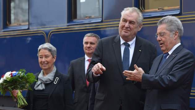 Fischers letzte Dienstreise: Mit dem Zug nach Prag (Bild: AFP)