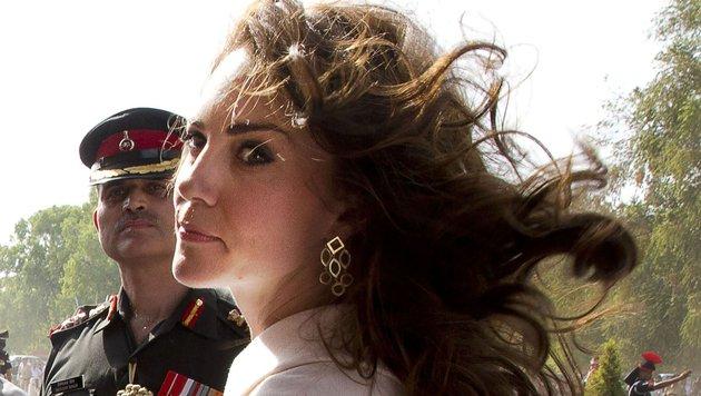 Herzogin Kate vom Winde verweht (Bild: APA/AFP/POOL/MANISH SWARUP)