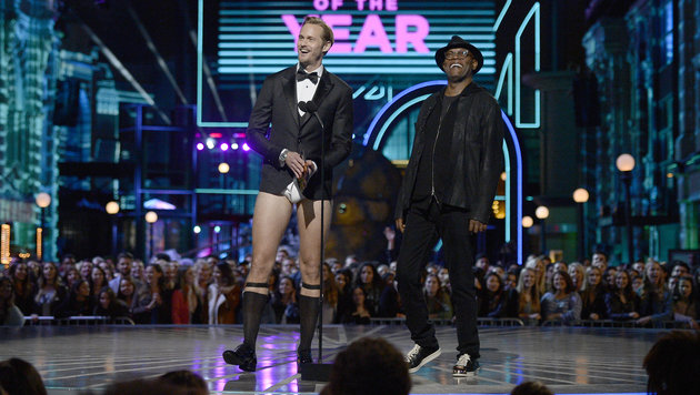In Unterhosen, Hemd und Sakko verkündet Alexander Skarsgard den MTV-Preis für den besten Film. (Bild: Kevork Djansezian/Invision/AP)