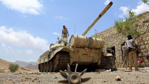 Soldaten der jemenitischen Regierung in der Nähe der Hauptstadt Sanaa (Bild: APA/AFP/NABIL HASSAN)