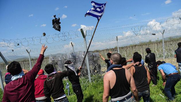 Schauplatz Idomeni: Wütende syrische Flüchtlinge wollen von Griechenland weiter nach Mazedonien. (Bild: APA/AFP/BULENT KILIC)