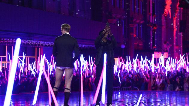 Das Publikum wedelt mit Laserschwertern und Skarsgard zeigt Bein. (Bild: Kevork Djansezian/Invision/AP)