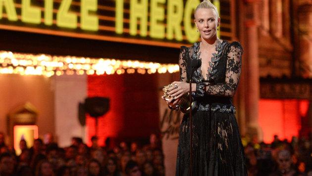 """Charlize Theron gewann den Preis als beste Hauptdarstellerin für ihre Rolle in """"Mad Max: Fury Road"""". (Bild: Kevork Djansezian/Invision/AP)"""