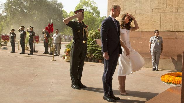 Bei einem Kriegerdenkmal in Neu Delhi legen William und Kate einen Kranz nieder. (Bild: AP)