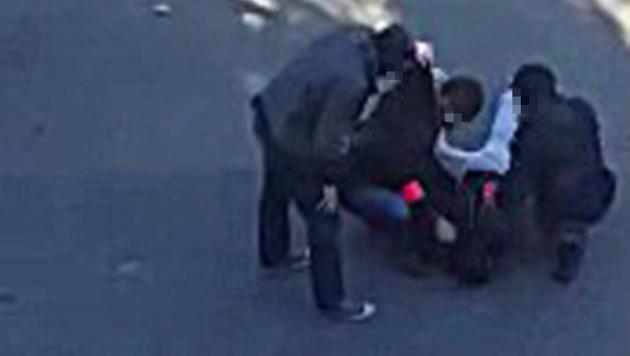 Bilder einer Überwachungskamera zeigen die Festnahme eines der Männer. (Bild: APA/AFP/Belga/STRINGER)