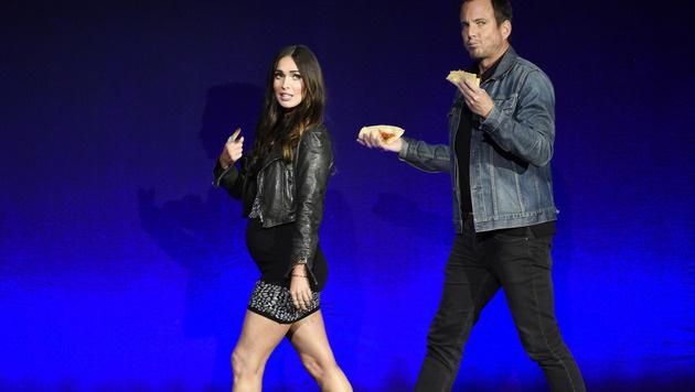 Megan Fox zeigt beim Auftritt mit Kollege Will Arnett ihren Babybauch. (Bild: Chris Pizzello/Invision/AP)
