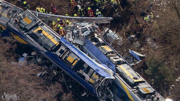 Bei dem Zusammenstoß zweier Züge kamen zwölf Menschen ums Leben, 89 Passagiere wurden verletzt. (Bild: APA/dpa/Peter Kneffel)