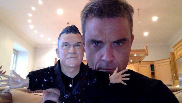 """Robbie Williams"""" Tochter fürchtet sich vor seiner Puppe. Warum wohl? (Bild: twitter.com/robbiewilliams)"""