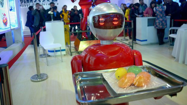Unfähige Roboter-Kellner: Wirt muss schließen (Bild: APA/AFP/WANG ZHAO)