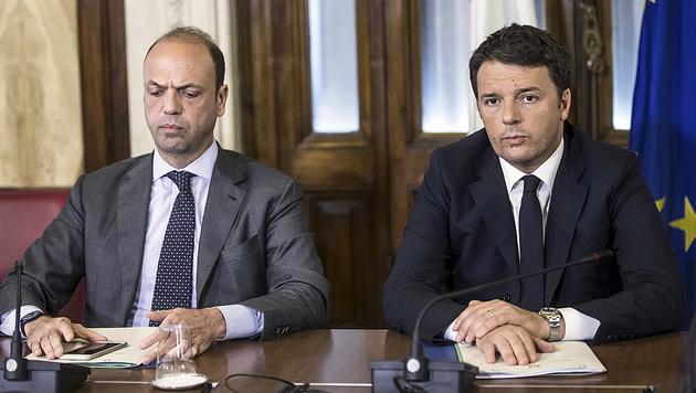 Italiens Innenminister Angelino Alfano (li.) mit Ministerpräsident Matteo Renzi (Bild: AP)