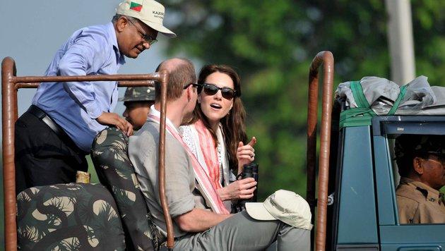 Farblich passen Kate und William sich mit vielen Khaki-Tönen der Landschaft an. (Bild: AFP or licensors)