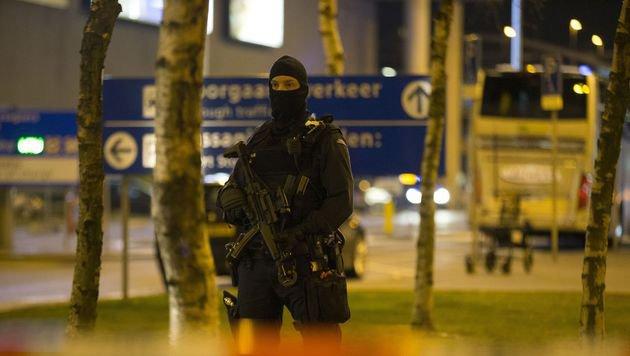 Polizei sperrte Teil von Amsterdamer Flughafen (Bild: APA/AFP/ANP/MICHEL VAN BERGEN)