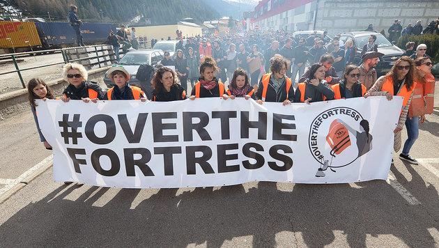 Eine Kundgebung gegen Grenzschließungen in Europa am 3. April am Brenner (Bild: Associated Press)