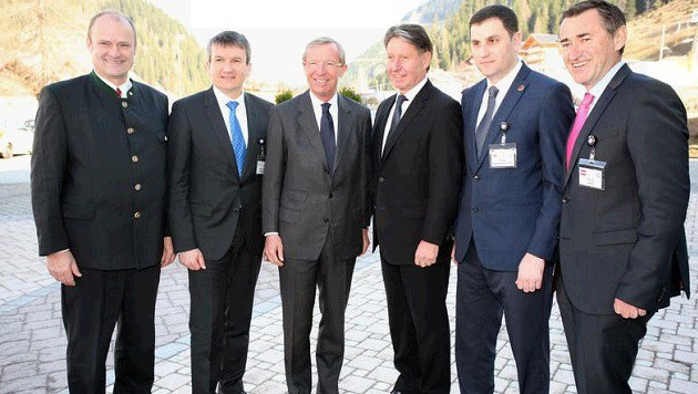 BKA-Chef Lang (ganz rechts), LH  Wilfried Haslauer (3. von li.) mit internationalen Top-Ermittlern (Bild: Max Grill)