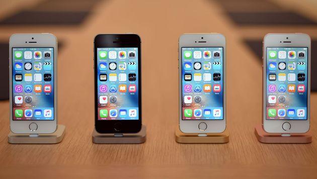 Hier ist das iPhone SE mit Vertrag am günstigsten (Bild: AFP)