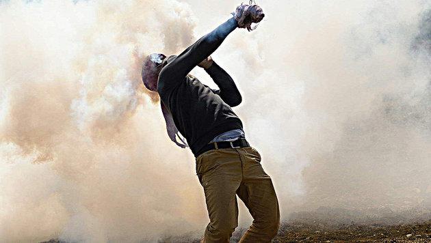 Krawall-Touristen hetzen Flüchtlinge in Schlacht (Bild: APA/AFP/DANIEL MIHAILESCU)