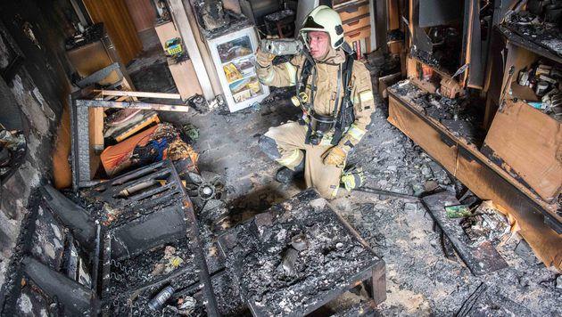 Die Wohnung der 58-Jährigen wurde beim Brand völlig zerstört. (Bild: fotokerschi.at/Werner Kerschbaummayr)