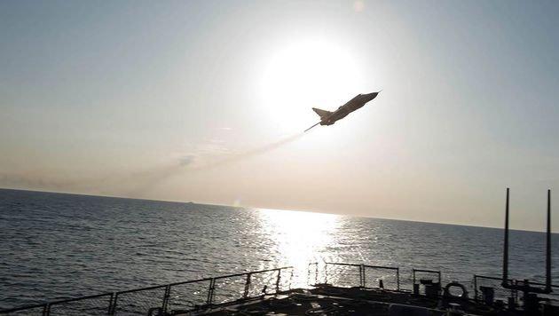 Die Jets flogen ein Manöver, das auch bei einem Angriff so erfolgen würde. (Bild: APA/AFP/US NAVY 6TH FLEET/HANDOUT)