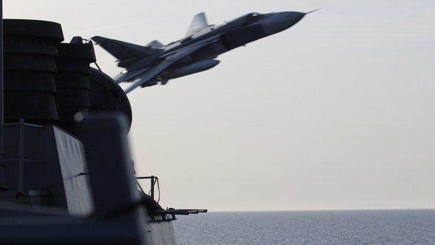 """Einer der Su-24-Jets, die laut der US-Marine """"gefährlich nahe"""" vorbeiflogen (Bild: ASSOCIATED PRESS)"""