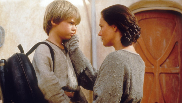 "Jake Lloyd als Anakin Skywalker mit seiner Mutter Shmi (Pernilla August) in ""Star Wars: Episode I"" (Bild: Moviestore Collection/face to face)"