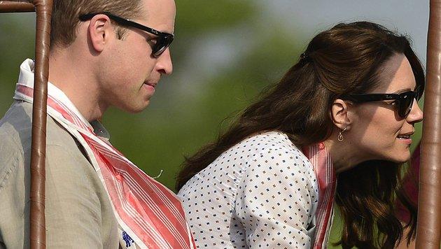 Nur die weißroten Schals, die den beiden mit Ehrerbietung um den Hals gelegt wurden, stachen heraus. (Bild: EPA)