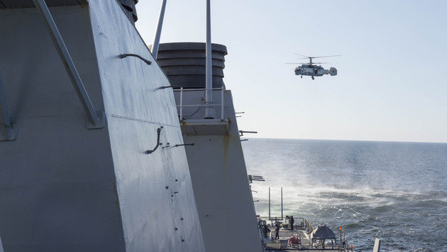 Die Besatzung dieses Ka-27-Hubschraubers soll auch Fotos gemacht haben. (Bild: APA/AFP/US NAVY 6TH FLEET/HANDOUT)