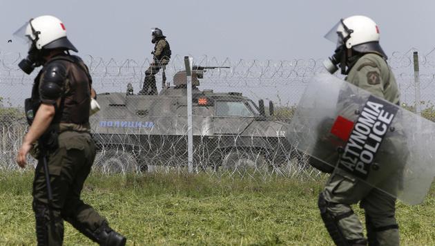 Griechische Grenzschützer in Idomeni (Bild: AP)