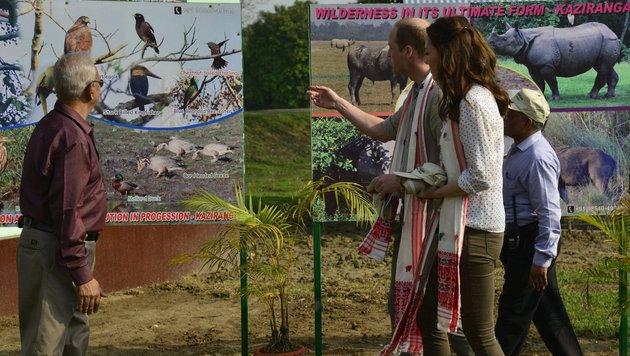 Herzogin Kate trägt eine hautenge Hose, Ballerinas und ein luftiges Hemd. (Bild: EPA)