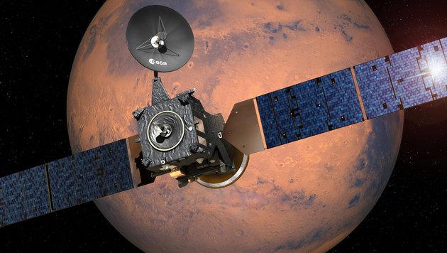 """Der """"Trace Gas Orbiter"""" auf seiner Bahn um den Mars (Bild: ESA/D. Ducros)"""