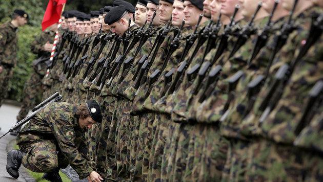 Die Schweizer Armee soll die Grenze zu Italien sch�tzen. (Bild: FABRICE COFFRINI / AFP / picturedesk.com)