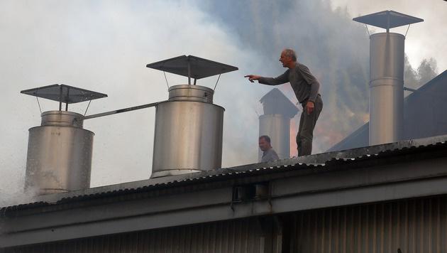 Ein Arbeiter zeigte von einer angrenzenden Halle auf den Brandherd. (Bild: Gerhard Schiel)