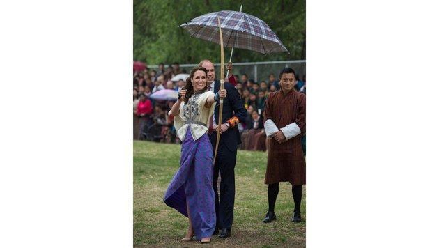 Herzogin Kate und Prinz William beim Bogenschießen in Bhutan. (Bild: AFP)