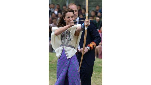Die Herzogin hat sichtlich Spaß mit Pfeil und Bogen. (Bild: AP)