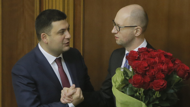 Der ukrainische Regierungschef Wladimir Groisman (links) und sein Vorg�nger Arseni Jazenjuk (Bild: AP)