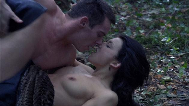 """Natalie Dormer in einer Nacktszene in der Serie """"Die Tudors"""" (Bild: Viennareport)"""