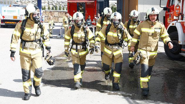 Mit schwerem Atemschutz gingen die Einsatzkräfte ans Werk. (Bild: Gerhard Schiel)